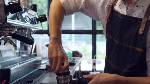 Ázsiai Barista munkahelyi során, hogy kávét kávékávézóban