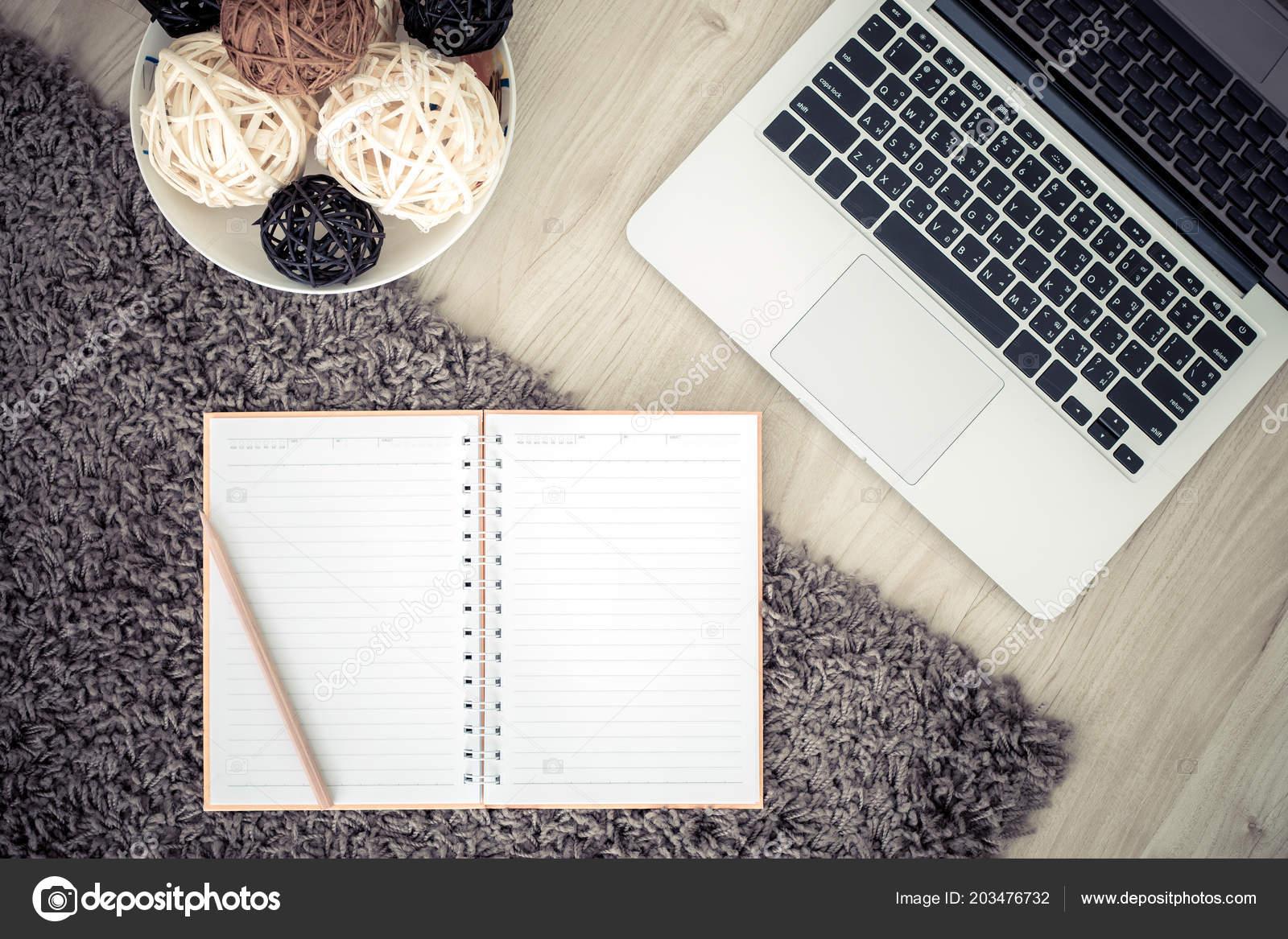 Mischung Aus Büromaterial Und Gadgets Auf Einem Holz Schreibtisch