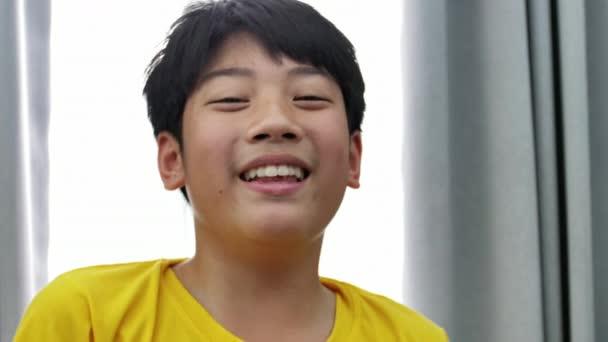 Portrét Asijské dítě s tváří úsměv, Slow motion 4k Thajsko pre chlapec při pohledu na fotoaparát