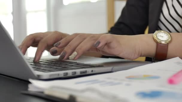 Kamera diák körül üzleti kezet gépelni laptop billentyűzet lassítva. Üzletasszony dolgozó irodában Internet. nő keres új munkát az interneten az irodában. Üzleti con
