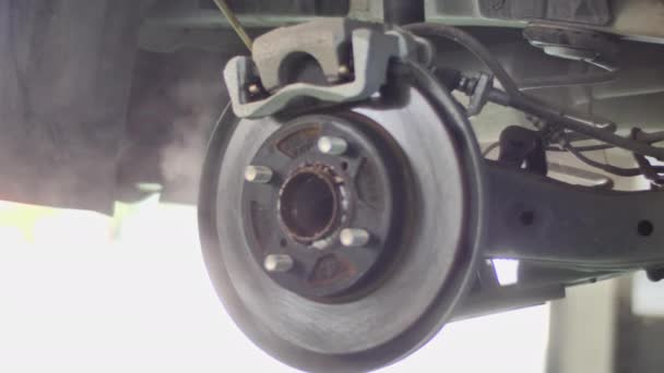 Brzdový systém pro automatickou údržbu aut, brzdový kotouč vozidla na zdviže v servisním stanovišti.