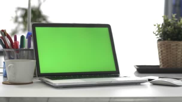 Laptop Green Screen, otthoni iroda, Dolly lövés. Chroma-kulcs laptop.