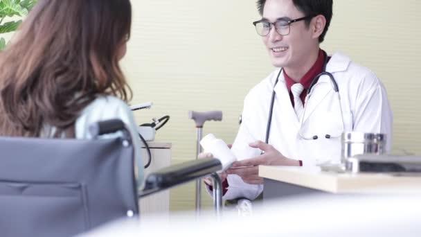 Asiatische Patientinnen sprechen im Krankenhaus mit einem Arzt um Rat.