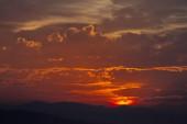 Barevné vzory mraků se zlatou hodinou světla.