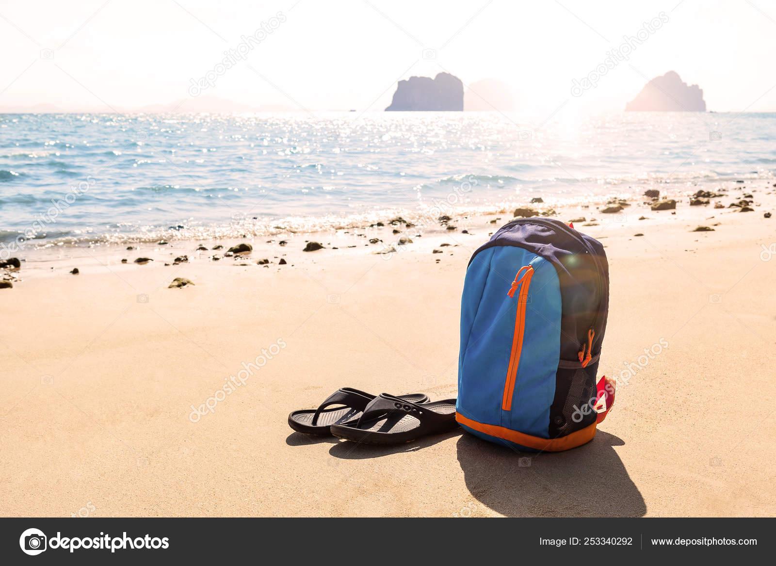 0447bf6f9 Mochila con chanclas de playa de arena — Foto de stock © eskymaks ...