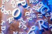 Písmena latinské abecedy na stole. Bílá Latinská písmena.