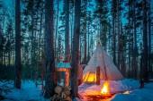 Tipi. Téli. Tipi áll a téli erdőben. Bonfire az erdőben. Környezetbarát turizmus. Nemzeti lakások. Nemzeti indián lakások.