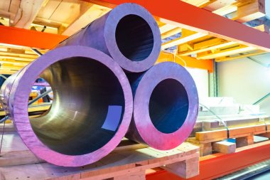 Sale of aluminum billets in the form of pipes. Aluminium tubes for further processing. Processing of non-ferrous metals. Storage of aluminum. The pipes are fixed on the pallet. Metallurgy