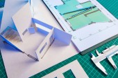 Konzept - Architekturbüro.Architekturdesign. Engineering Infrastructure Facilities.Terms of Reference für den Designer. Architekturkonzept des Hauses. Zeichnungen des Gebäudes auf dem Tisch