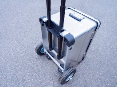 Transportation of musical equipment. Cart for transportation of equipment. Security of musical apparatus. Metal suitcase. Durable suitcase with wheels. Airport. A chest for equipment. Hand trolley.