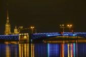 Szentpétervár, Oroszország A palota hídja éjszaka és a Péter és Pál erőd és katedrális a háttérben.