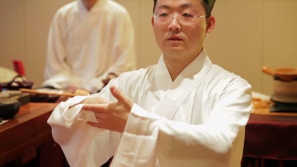 Peking-listopad 01: v tradičním oblečení Čína, lidé provádějící čínskou starodávnou čajovou ceremonii, listopad 01, 2014, Pekingské město, Čína