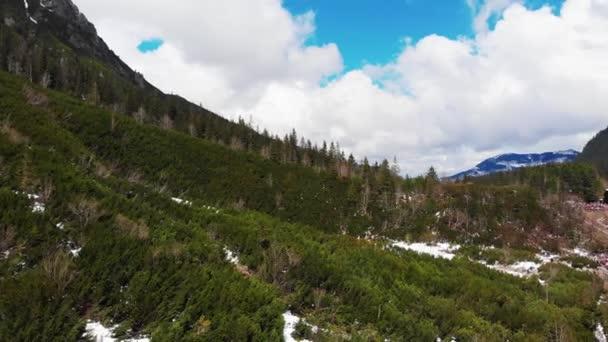 Kilátás hegyek, felhők és a hegyi tó a magasból