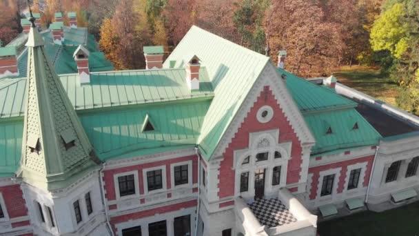 Pohled na budovu v panství Kozel-Poklevsky. Historické a místní muzeum dějin.