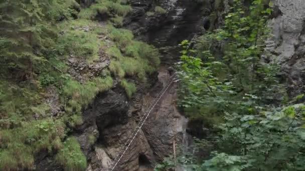 Vyšplhejte do kopce nedaleko vodopádu. Pohled shora. Střelba v prostředí Aero
