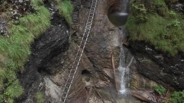 Vodopád v národním parku. Pohled shora. Střelba v prostředí Aero