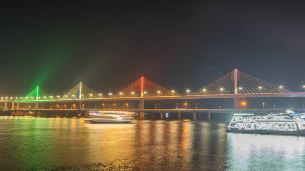 Obrovský kabel zůstal na mostě přes řeku India. Timelapse