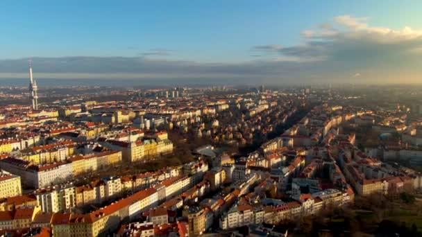 Letecký pohled na Pražský televizní věž krásná obloha