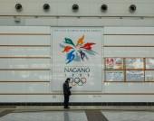 Nagano, Japán - december 30., 2015. Billboard olimpiai téli játékok Xviii 1998 vasútállomáson, Nagano, Japán.