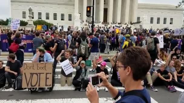 Washington, Dc - 06 října 2018: Demonstranti rally a držet značení u Nejvyššího soudu na protest proti jmenování a hlasovat pro další spojit spravedlnosti.