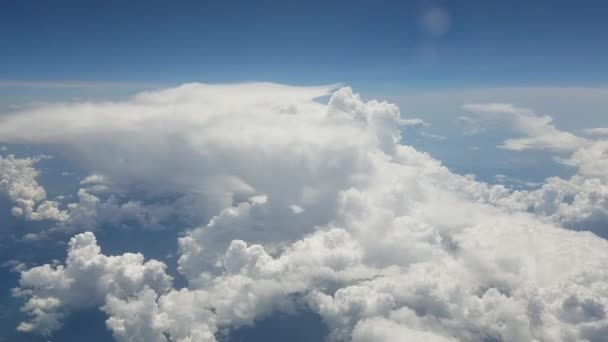 Vzdušné zázemí s letem v reálném čase nad nafoukaného mraku, viděno z letadla.