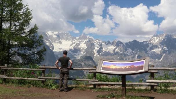Muž, který hledí do úžasné krajiny Mont Blanc, Francie