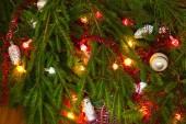 pohled shora na vánoční stromeček ozdobit cetky a girlandy