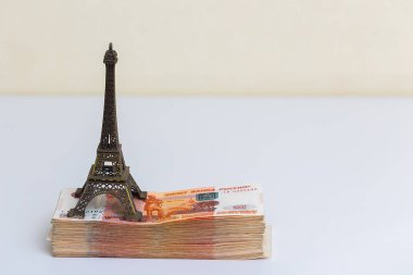 The little Eiffel tower is on the pack of five thousandth of ban
