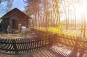Régi vidéki ház, reggel a településen, hosszú árnyékok, vidéki táj ősszel a hal szemlencse hatása