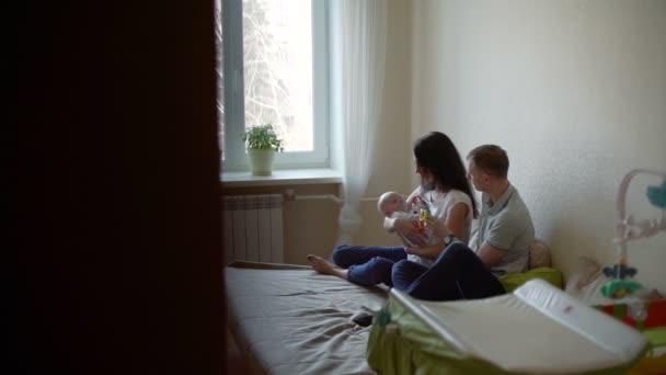 Muž a žena s dítětem na náručí mluví