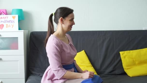 Holčička dává dárek a vizitku matce