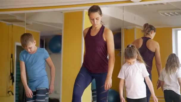 Physiotherapeut in Arbeit mit Kinderpatienten