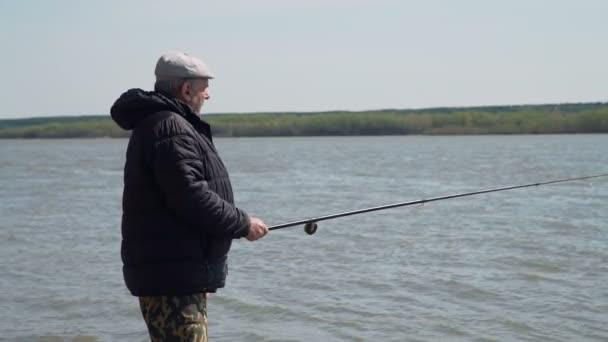 Starší rybář Angling na jarním břehu
