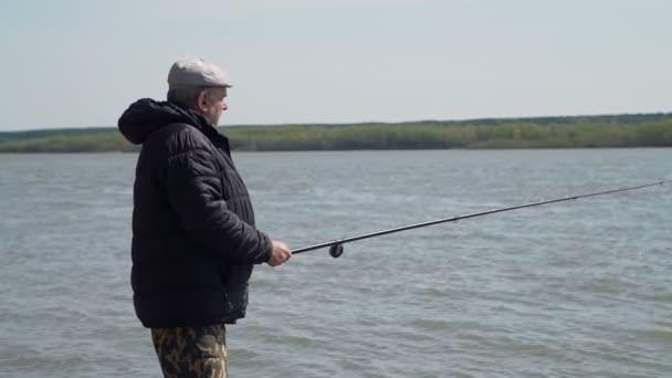 Rybář Angling na jarním břehu