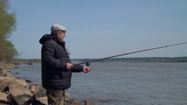 Senior Man rybaření na řece za jarního dne