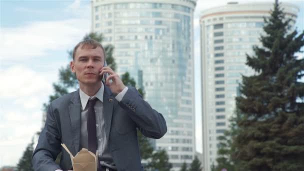 Ember beszélő-ra telefon rövid idő birtoklás ebéd kint