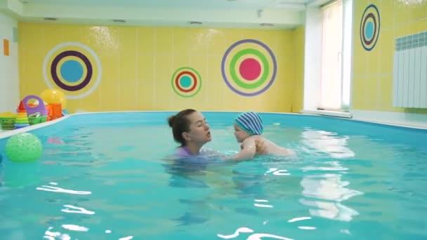 Kleines Baby lernt Schwimmen im Pool