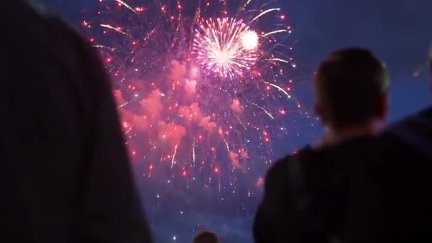 Diváci v noci sledují ohňostroj