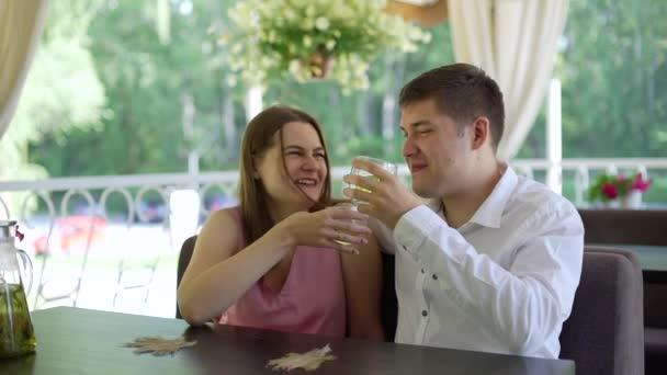 Férfi és nő Ismerkedés a Cafe Terrace