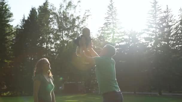 Padre getta su baby ragazza in natura