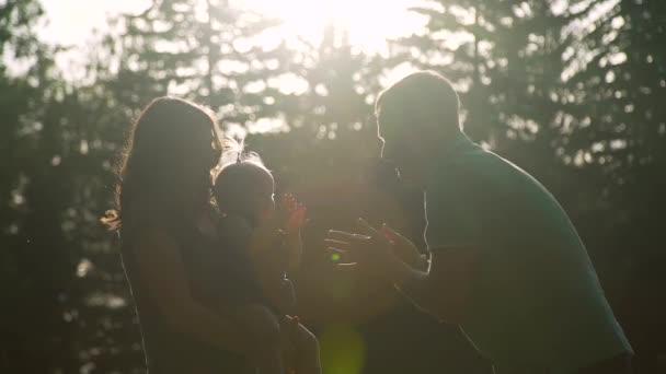 I genitori si divertono con Baby Girl in un parco