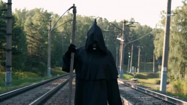 Kaszás Séta a vasúton a nyári napon