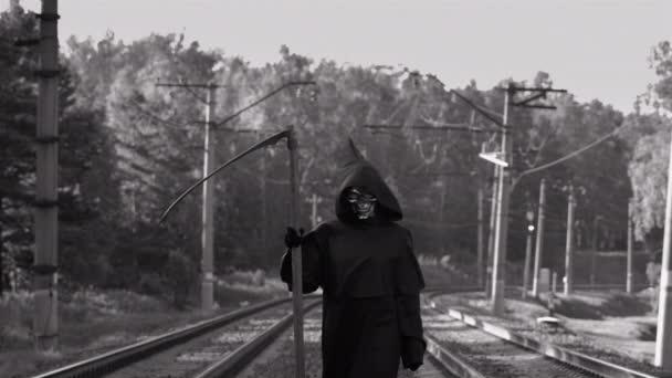 Ijesztő kaszás Séta a vasúti síneken