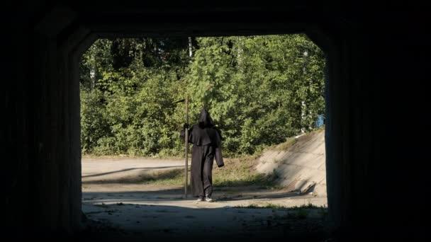 Ijesztő kaszás sétál az alagút felé.