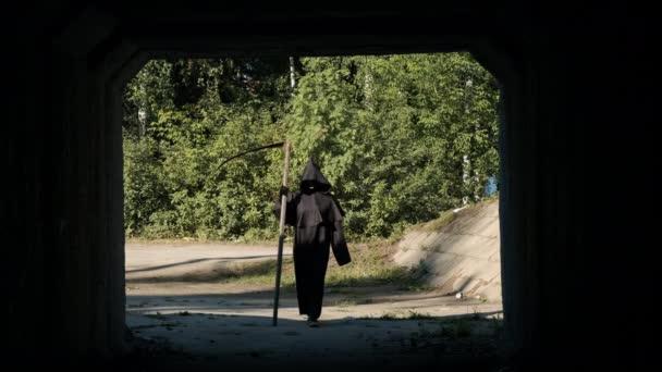 Ijesztő Halálangyal sétál az alagút felé.