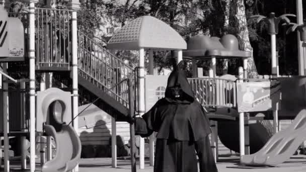Skeleton Grim Reaper Scythe egy játszótéren