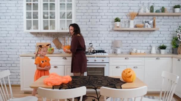 Zdobení stolu pro Halloween Party v kuchyni