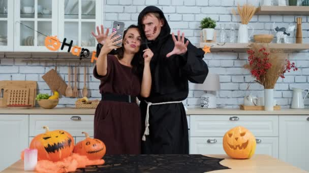 Mladý pár se Selfie na Halloween Party