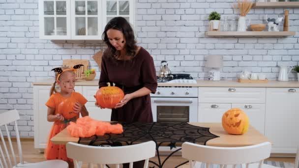 Malá dívka a maminka Příprava na Halloween Party