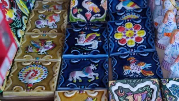 Többszínű kerámia ajándéktárgyak a pulthoz.